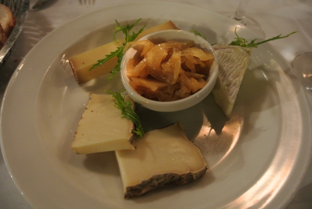 Selection de trois fromage - cheese plate with three cheese and pickled cabbage.
