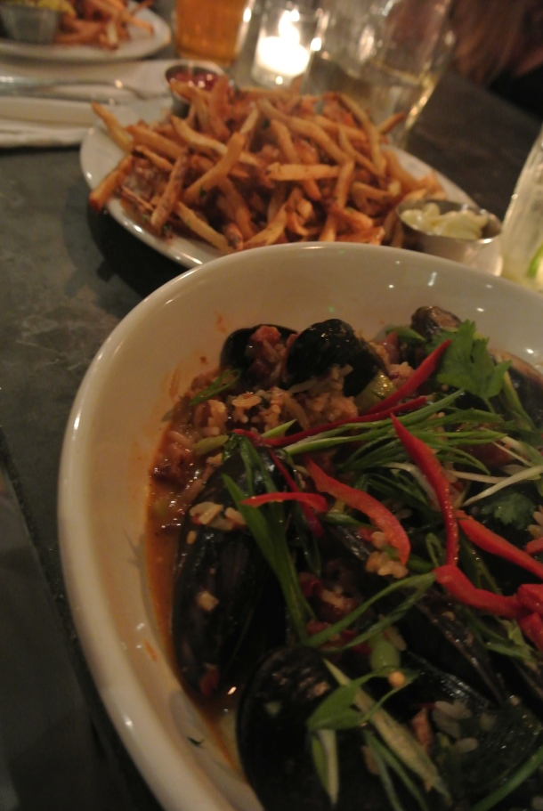 Braised mussels with fried potatoes.
